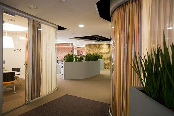 室內設計作為空間藝術設計,涵蓋于環境藝術設計之下。從環境藝術設計的觀點出發,由建筑外部空間所構成的圍合性場所,也具有其內部空間的特征,從而成為室內環境設計的一部分。 從環保角度出發,當代室內設計應是一種綠色設計,在發達國際的室內設計領域中,已開始了綠色設計的研究和實踐,綠色設計在這里包含了兩個層面的含義。一時現在所用的大部分辦公室裝修材料,如涂料、油漆等都不同程度含有并散發出污染環境的有害物質,設計時必須采用新技術使其達到潔凈的綠色要求;二是在室內外空間大量運用綠化手段,用綠色植物創造生態環境。在過去的室